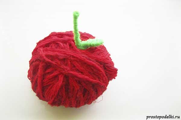 Поделка яблоко из ниток
