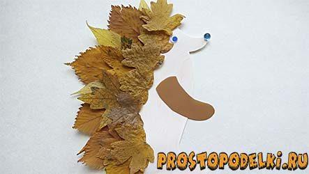 Ежик из листьев на бумаге